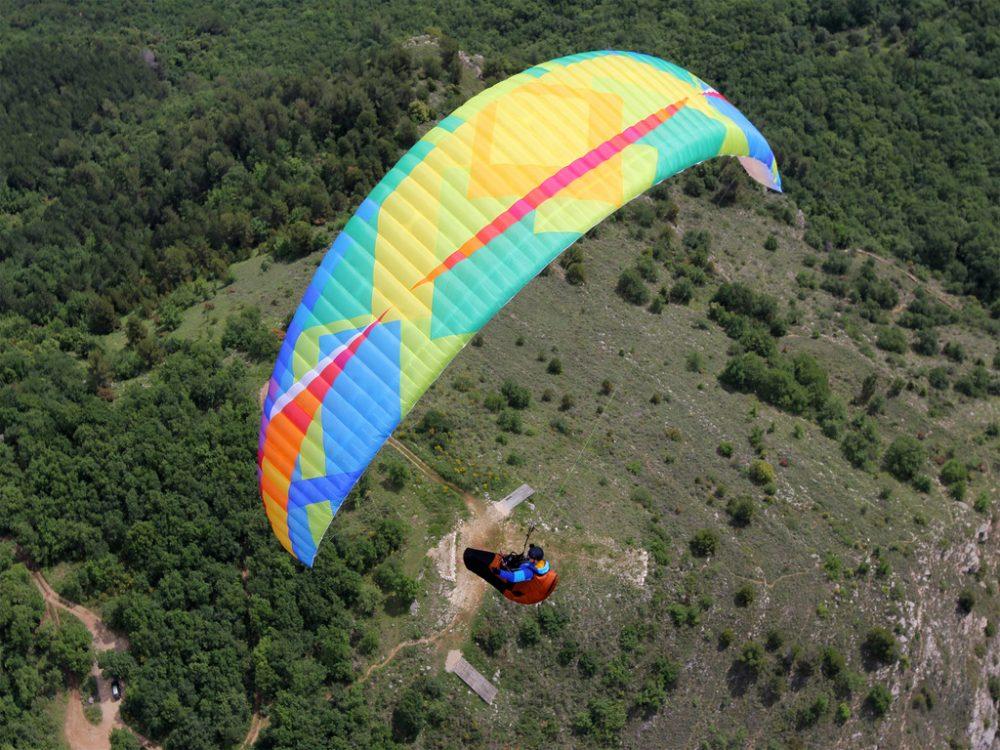 Un parapente Base-2 couleur Earth en vol